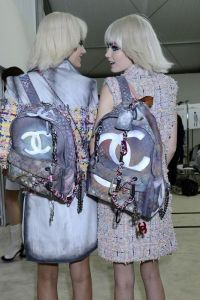 Chanel grafitti backpack. Mochilas para la ciudad .http ...
