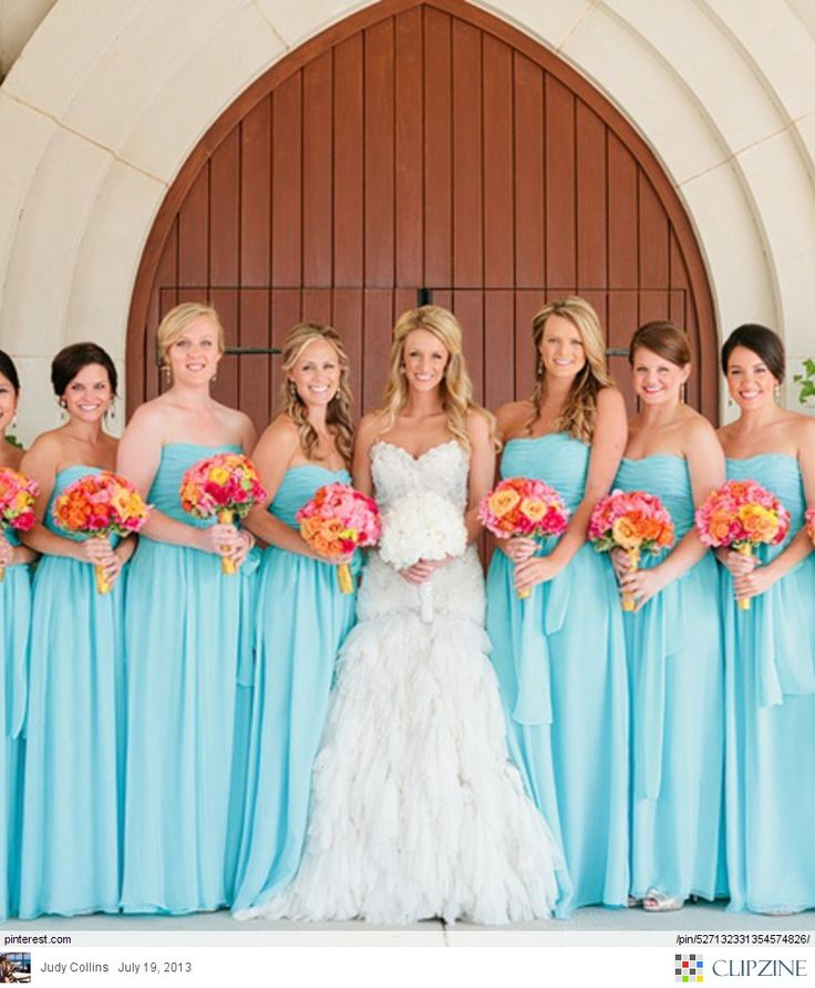 Having contrasting colors like this coral and blue wedding scheme can create dra