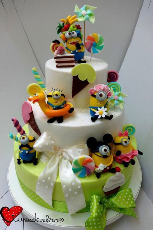 Torta dei Minions con decorazioni in pasta di zucchero n