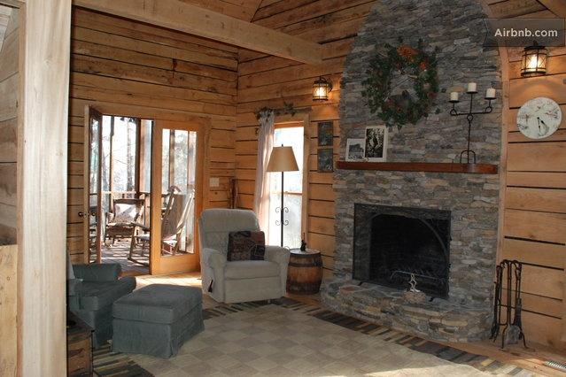 Deer Run Cabin on Lake Wedowee in Wedoweeliving room