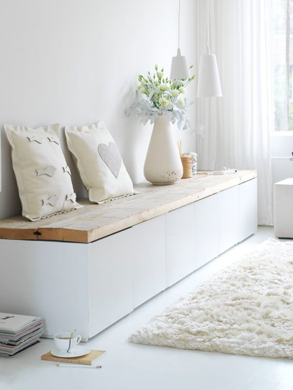 Warm and cozy white | White and wood bench | White rug |Living room interior inspiration