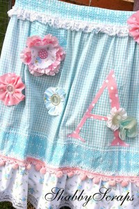 Love this shabby chic apron buena idea decorar con botones ...