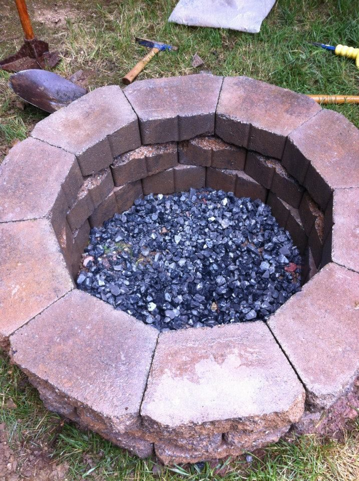 Fire Pit – Love the contrasting stones inside!