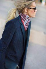 Quer quebrar um pouco a sobriedade de looks mais formais? Use um lenço quadrado de seda em tamanho convencional, dobrado em forma de triângulo e com as pontas amarradas por trás do pescoço (dica de stylist!)! --- To add some fun to a formal outfit, wear a silk scarf around your neck!