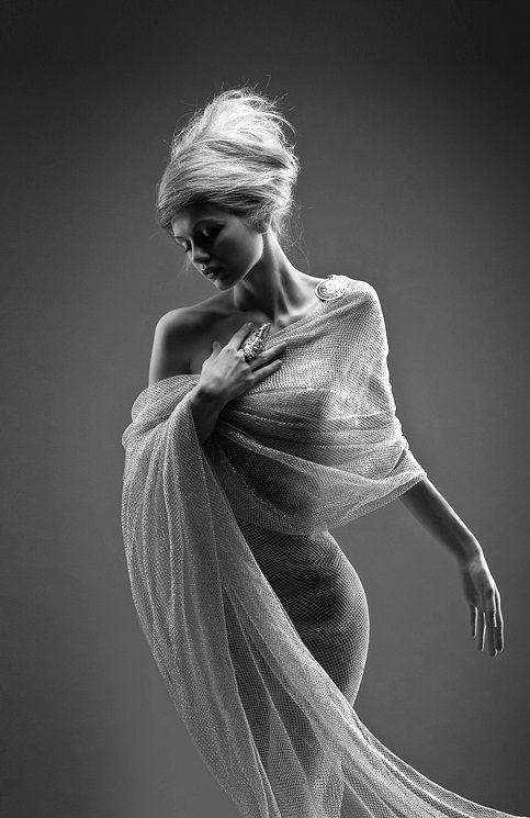 totally elegant, classic greek-style muse pose/garment (via black-white-madness.tumblr 23628163261)