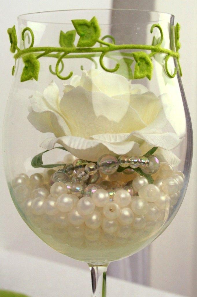 Tischdeko  Glas mit Perlen und Rose gefllt  Tischdeko