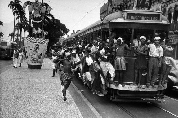 O bonde, principal transporte da década de 40, levam foliões no Carnaval. http://www.conexaojornalismo.com.br/noticias/Rio_450_anos:_as_musicas_que_falam_do_Rio_de_Janeiro___video-1-37758: