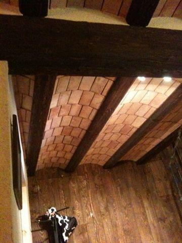 Falso techo decorado con vigas de simil madera y