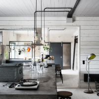 お宅拝見:スウェーデンの元工場を改装したインダストリアルな北欧お宅