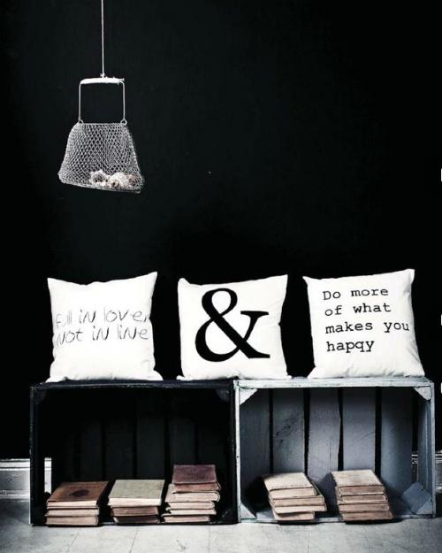 Set de tres cojines con mensaje. Fabricados en algodón 100% color blanco con la impresión en color negro y el relleno en poliester antialergénico. Perfectos para decorar el sofá o la cama y llenarnos de mensajes positivos que nos hagan la vida más feliz. También muy adecuados para restaurantes, bares, hoteles... aquellos lugares donde se quiera dar un toque decorativo de contraste y un mensaje de optimismo. $61,90 €