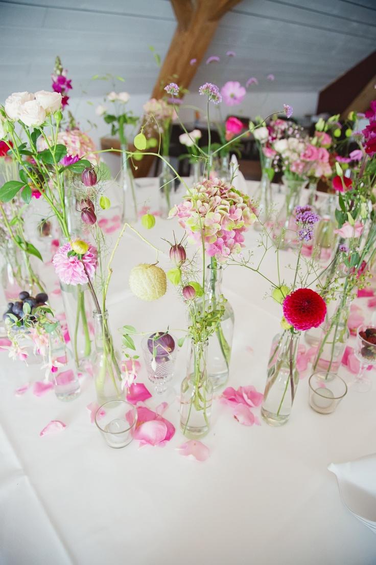 Ein paar schlichte Glasflaschen ein paar Sommerblumen