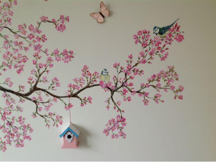 Schattige vogeltjes in de bloesemboom met een echt klein