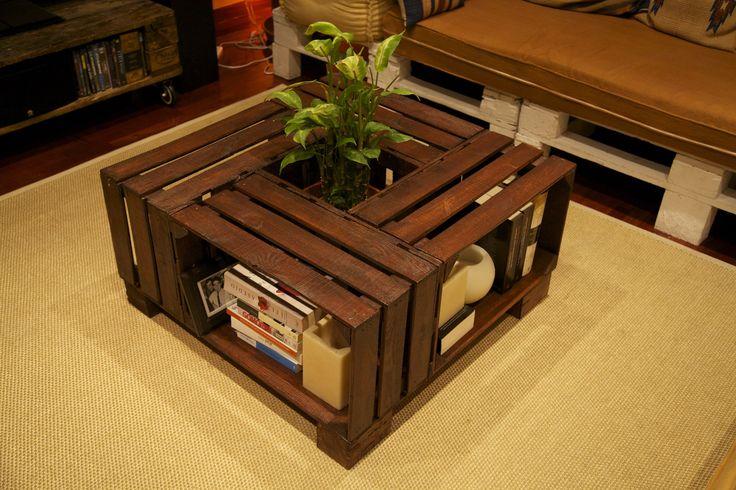 Mesa hecha con cajas de fruta recicladas  Table made with