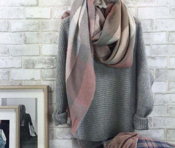 pull gris cotele en maille moelleuse echarpe a carreaux rose pale