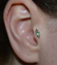 2mm Emerald TRAGUS STUD / RING // Ear / Gold 18 gauge Nose