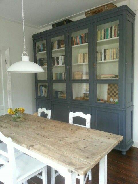Oude brocante eettafel met oude stoelen en grote