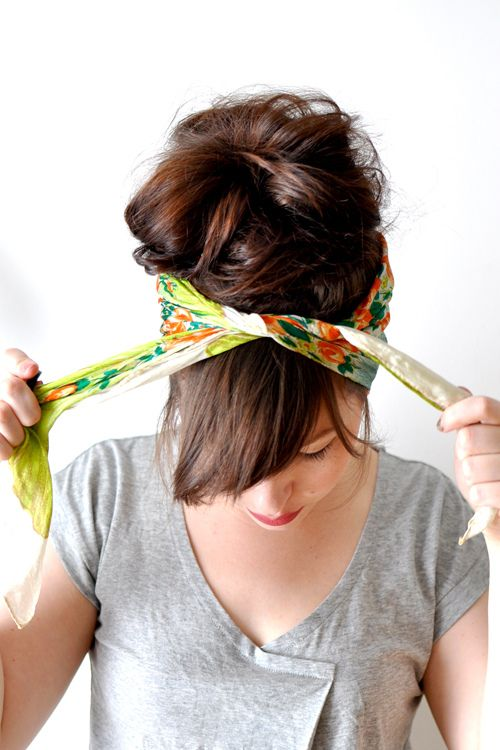 Tutorial for how to tie a simple head scarf. Its really, really easy. Start with a large, square scarf. Perfect for the beach in the