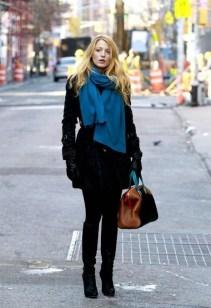 Serena, toda de preto, acabou dando ênfase ao cachecol azul. As botas até o joelho vem com tudo no inverno, ficam boas com sobretudos como estes e com mais longos também. Por Nika Bianchi