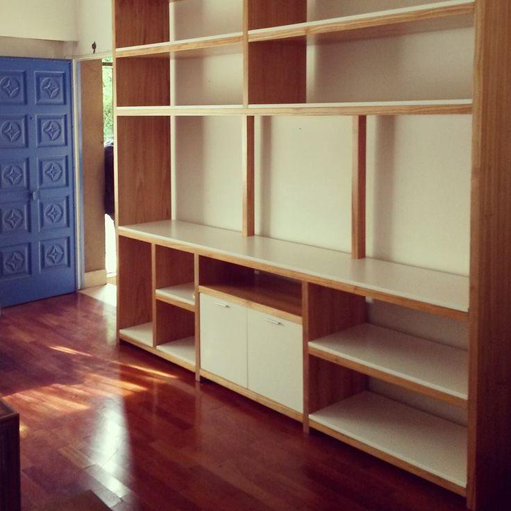 Biblioteca MONA   Madera Paraso y laqueado en blanco