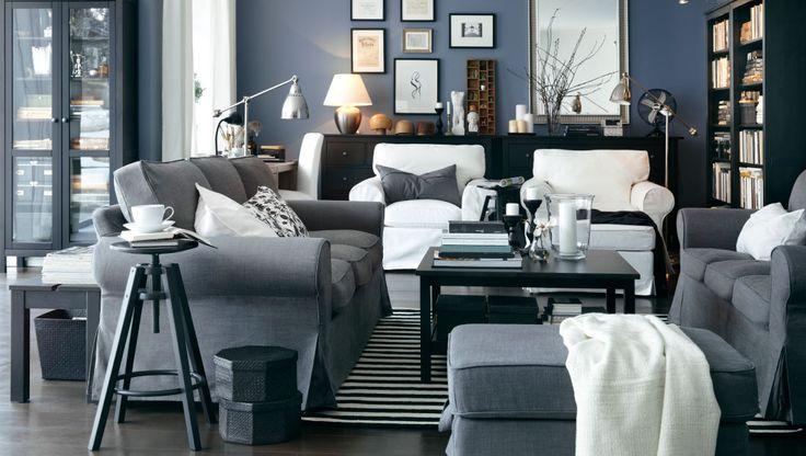 Einfach leben Ein elegantes Wohnzimmer mit EKTORP 3erSofas und EKTORP BROMMA Hocker mit Bezug