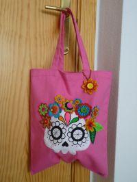Bolsa de tela en color rosa con calavera catrina pintada a