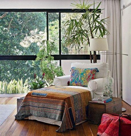 A luz natural torna o ambiente mais agradável. Priorize janelas amplas e nunca obstrua a passagem de claridade, como neste projeto Projeto da designer de interiores Paola Ribeiro, no Rio de Janeiro: