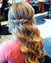 cool curly hair prom ideas