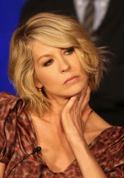 jenna elfman medium length wavy