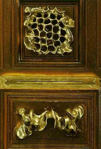 Casa Calvet  hecha por Gaud  Manilla Puerta de una entrada y mirilla  manillas de puerta