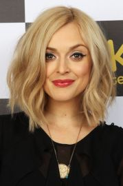 shoulder length wavy blonde bob