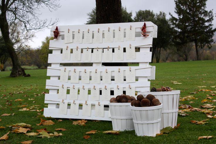 Invernal Palet pintado de blanco con tarjetones colgados