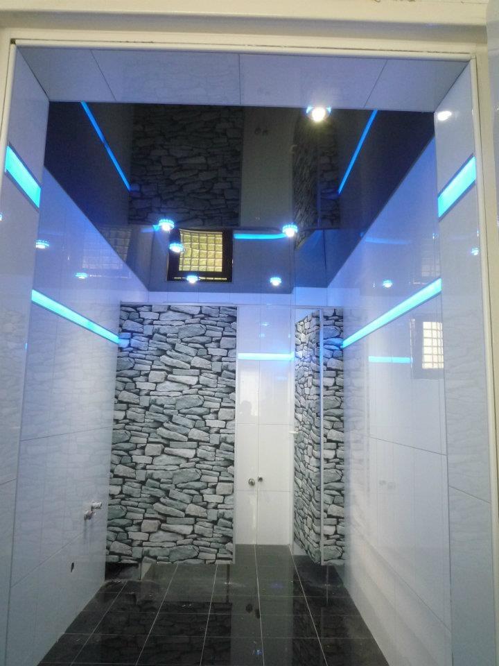Bao minimalista con iluminacin perimetral Led y techo lacado negro  Decoracin de baos