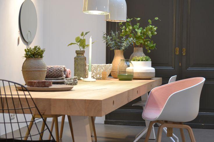 Dani tafel van wwwhoutmerknl AAC kuipstoeltje van Hay