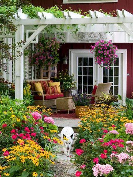 Pergolas brancas e flores coloridas.:
