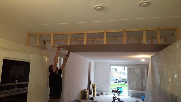 Verlaagd plafond in de keuken met ingebouwde spotjes