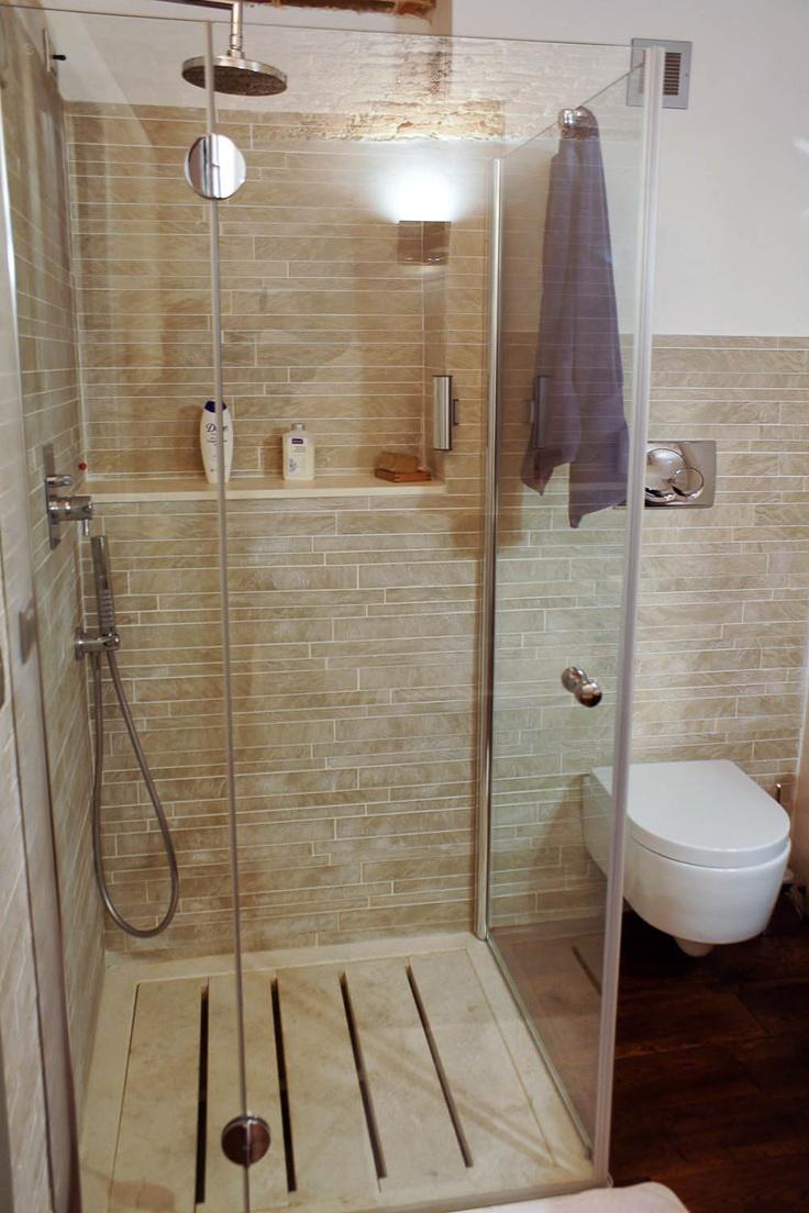 Piatto doccia a doghe in travertino in un bagno con mosaico travertine wwwpietredirapolanocom