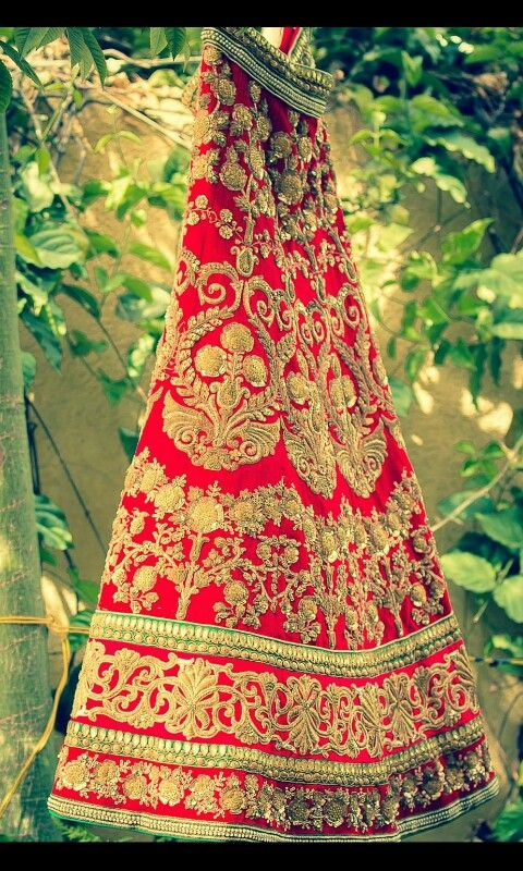 Beautiful intricate gold embroidery on this bridal lengha