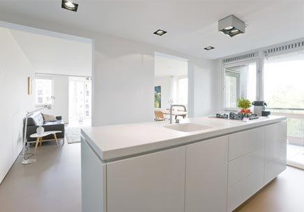 Witte keuken wit werkblad met gentegreerde spoelbak