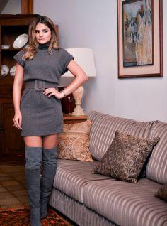 A blogueira Thassia Naves com um look incrível de inverno: Vestido cinza com botas acima do joelho.