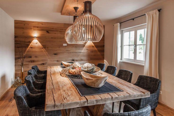 Gediegenes Esszimmer mit exklusiven Mbeln Altholz Wand und Esstisch aus Massivholz  wood
