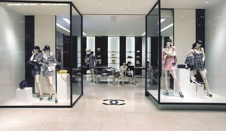 Devanture D'une Boutique Chanel, Paris.