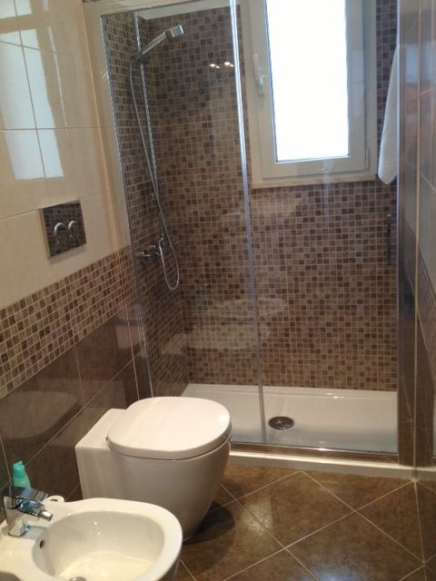 Bagno con doccia in mosaico sotto finestra  MOSAIC  Pinterest  Bathrooms Narrow bathroom