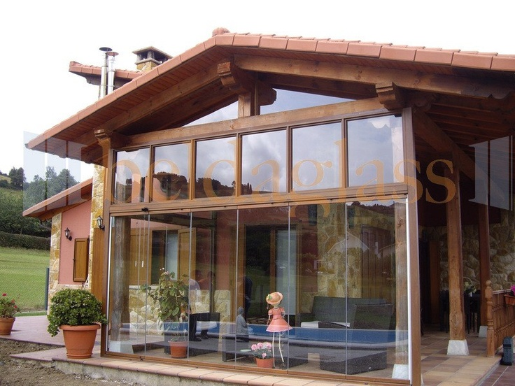 Terraza porche de madera acristalada con cortinas de