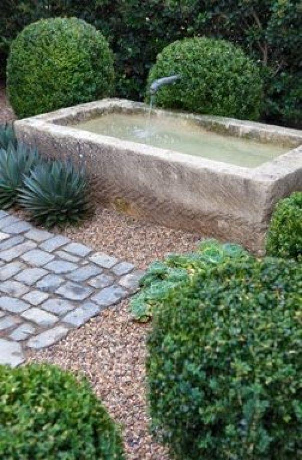 Il granito triturato è in grado di aggiungere un bellissimo contrasto naturale, ad esempio se posizionato intorno ad un laghetto o ad una fontana