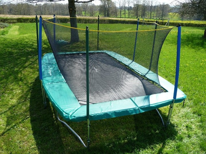 le grand trampoline rectangle apollo sport avec filet de protection pour sauter en toute liberte sur