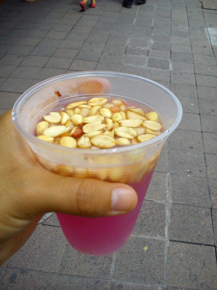 Tuba bebida popular con cacahuate de las calles de Colima