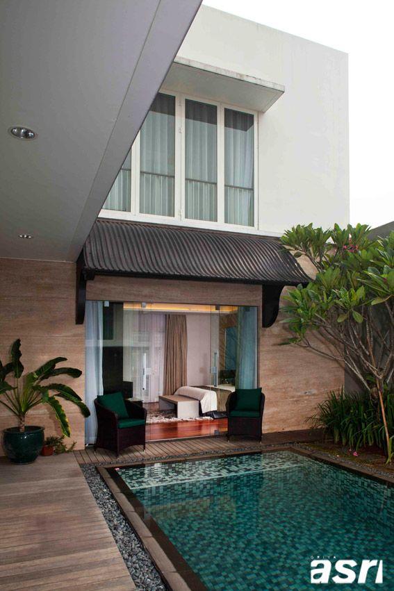Bedroom overlooking pool Kamar tidur utama diapit oleh