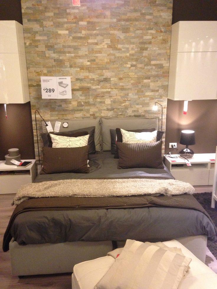 Bella camera da letto in particolare per il muro in finti mattoni alle spalle del letto