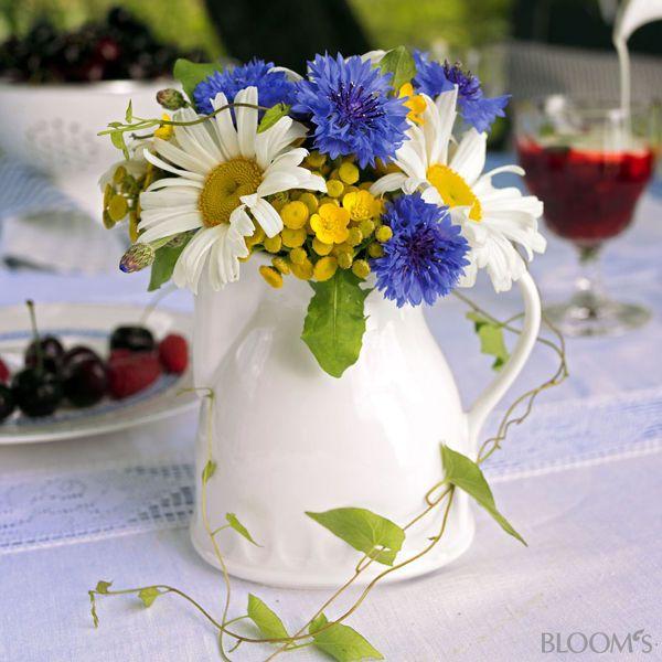 Blumenstrau mit Kornblumen und Margeriten  Tischdeko  Pinterest  Kornblume Margeriten und