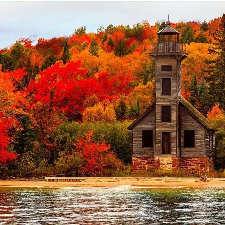Michigan Fall Colors Wallpaper Old Lighthouse In Upper Peninsula Grand Island Lake